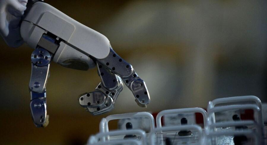Mange jobs inden for service, produktion og logistik vil i fremtiden være overtaget af maskiner, spår ny britisk forskning.