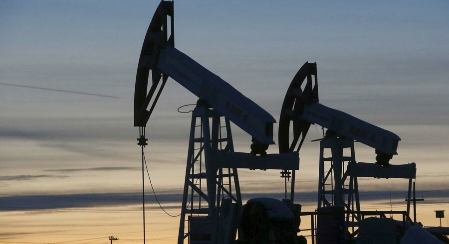 Amerikanske olielagre tager uventet hop og sender prisen ned