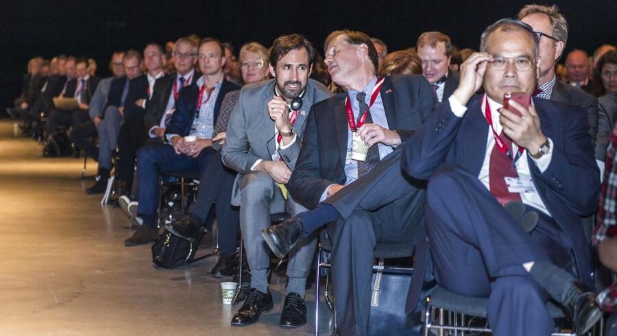 Dansk Industri holdte topmøde i Forum tirsdag d. 29 september 2015. Til årsmødet hos Dansk Industri, hvor bl.a. Lars Løkke Rasmussen og Mette Frederiksen holdt tale og 1.100 erhvervsledere var mødt op.