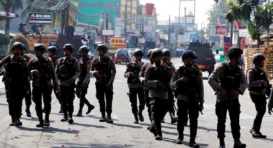 En gruppe politifolk i Jakarta, Indonesien.