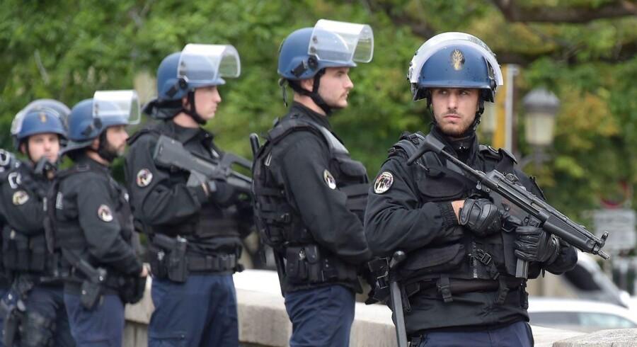 Politiet har skudt og såret en angribende mand med hammer i Paris, oplyser politikilder ifølge Reuters. / AFP PHOTO / bertrand GUAY