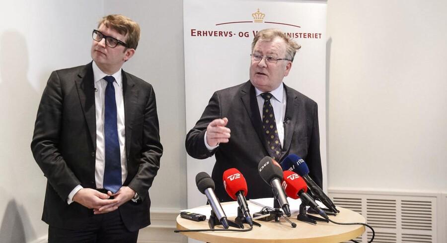 Regningen for erhvervs- og vækstminister Troels Lund Poulsen (tv) og finansminister Claus Hjort Frederiksens udflytningsprojekt vokser endnu en gang.