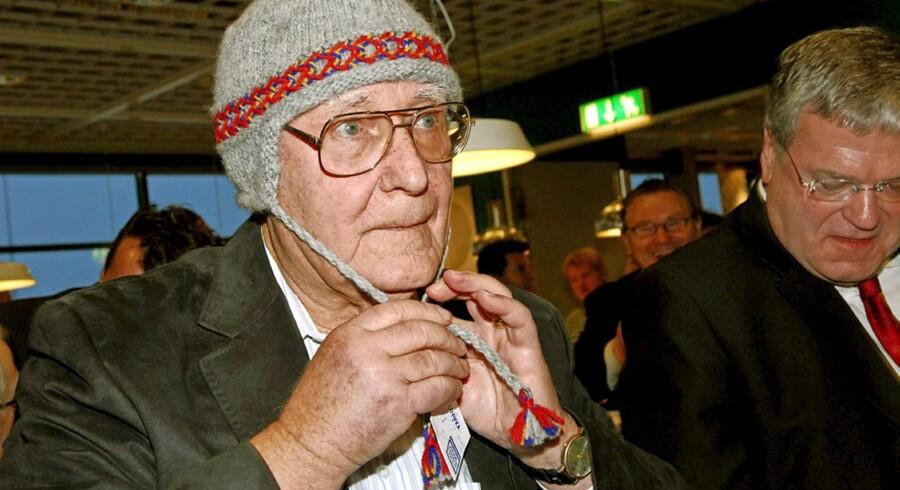 Ingvar Kamprad kan godt lide at fremstå som en helt almindelig mand – her iført lokal hue i forbindelse med åbningen af Sveriges og verdens nordligste Ikea, der ligger i Haparanda godt 1.000 kilometer nord for Stockholm. Arkivfoto: Thord Nilsson