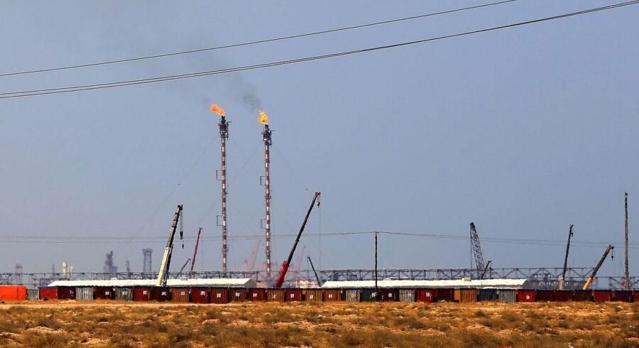 Olieprisen stiger tirsdag efter fire dage med fald. Den væsentligste faktor bag prisløftet er en strejke i olielandet Kuwait, der mindsker den daglige produktion mærkbart. Kuwait er fjerdestørste olieproducent i Opec. Arkivfoto.