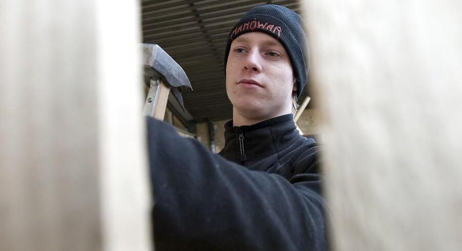 Michael fra Bjerringbro er i skolepraktik på Mercantec (byggeri). Her er han bl.a. i gang med at bygge et højt hegn på skolen på Håndværkervej i Viborg. FOTO: Preben Madsen - Viborg Stifts Folkeblad-MidtjyskeMedier