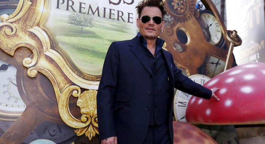 """Venskab. Johnny Depp """"fyrede"""" 20 mio. af på bisættelsen af en god ven. Anklagen kommer fra en manager - som stjernen selv har et horn i siden på."""