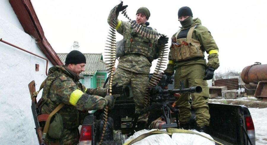 Ukrainske soldater forbereder sig til kamp nær havnebyen Mariupol, der lørdag blev ramt af flere end 100 missiler.