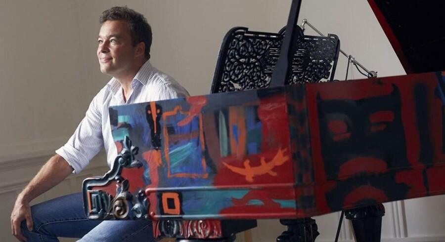 Søren Markers købte dette Steinway-flygel af kunstneren Jens Birkemose, da han som ung var millionær. »Det tager pis på kunsten,« siger Søren Markers. »Man overmaler jo ikke et Steinway.« I dag står flygelet i broderen Jeppes lejlighed på Frederiksberg.