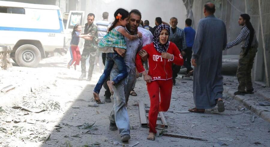En syrisk familie løber i sikkerhed 29. april.