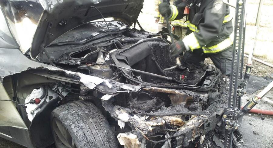 Billedet af den udbrændte Tesla S blev udleveret Tennessees myndigheder efter ulykken i onsdags