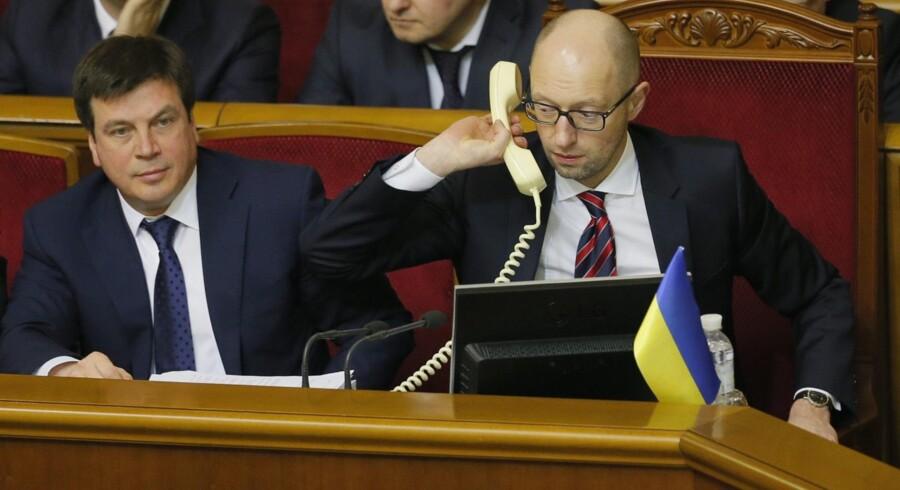 Selv om han kunne have brug for det, ringede Ukraines premierminister, Arsenij Jatsenjuk, ikke efter en ven, da han i går kæmpede indædt for at redde sit politiske liv, efter at præsident Petro Poroshenko krævede hans tilbagetræden. Foto: Sergey Dolzhenko /EPA.