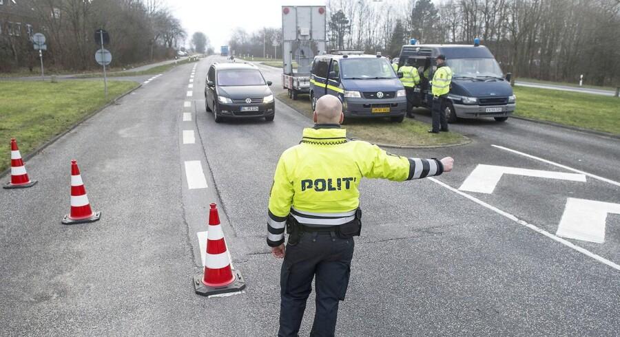 """Justitsminister Søren Pind (V) har på forhånd stillet sig tvivlende over for at lade soldater stå vagt i det offentlige rum, men han har samtidig lovet """"at undersøge alle muligheder"""" for at aflaste politiet."""