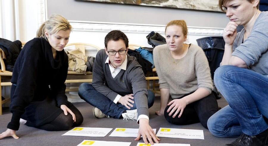 Lotte Rod (R), Jonas Dahl (SF), Rosa Lund (Enh) og Stine Brix (Enh) arbejder i gruppe om seksuelle rettigheder.