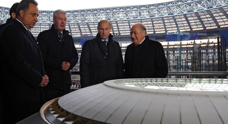 Den russiske præsident Vladimir Putin viste sidste år den tidligere FIFA-præsident Sepp Blatter (th.) rundt på Luzhniki Stadion i Moskva, som er et af de stadions, der ligger græs til VM i 2018.