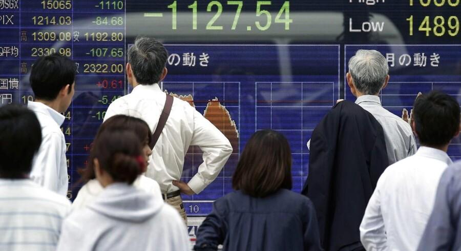 Den japanske børs styrtdykkede fredag morgen efter det britiske nej til EU. Foto: Kiyoshi Ota, EPA/Scanpix
