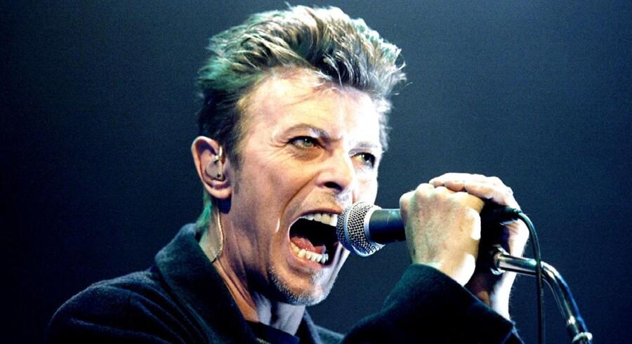 Arkivfoto. David Bowie på scenen i 1996.