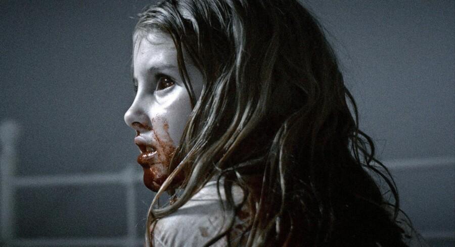 I »Sorgenfri« bliver en lille familie afskåret fra resten af verden, da en mystisk og aggressiv virus forvandler naboerne i den ellers fredsommelige forstad til zombier. Foto fra filmen
