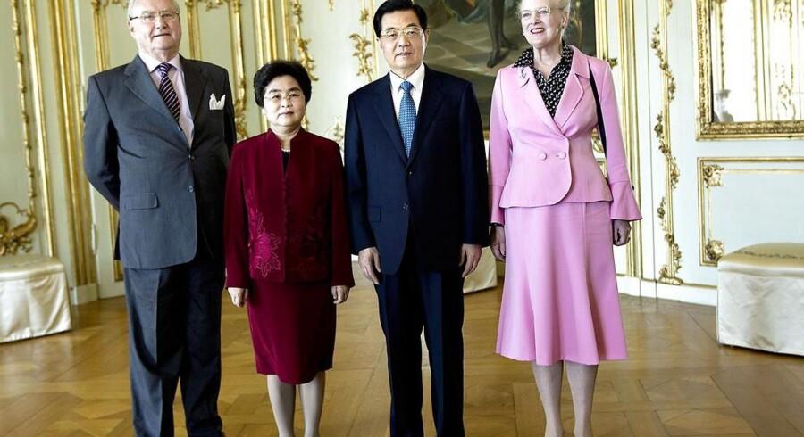 ARKIVFOTO: Dronning Margrethe og Prins Henrik sammen med daværende præsident Hu Jintao og Mrs Liu Yongqing på Amalienborg under det kinesiske statsbesøg.