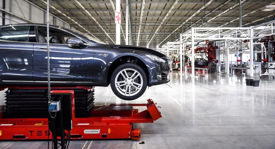Benzinbilister skal betale for elbiler. Regeringen vil frede afgifter på elbiler delvist frem til 2020 og sende regningen videre til benzinbilister. En dårlig løsning for alle, mener bilistforening. Her på billedet fremviser Tesla Motors deres nye fabrik i Tilburg i Holland d. 25 september 2015.
