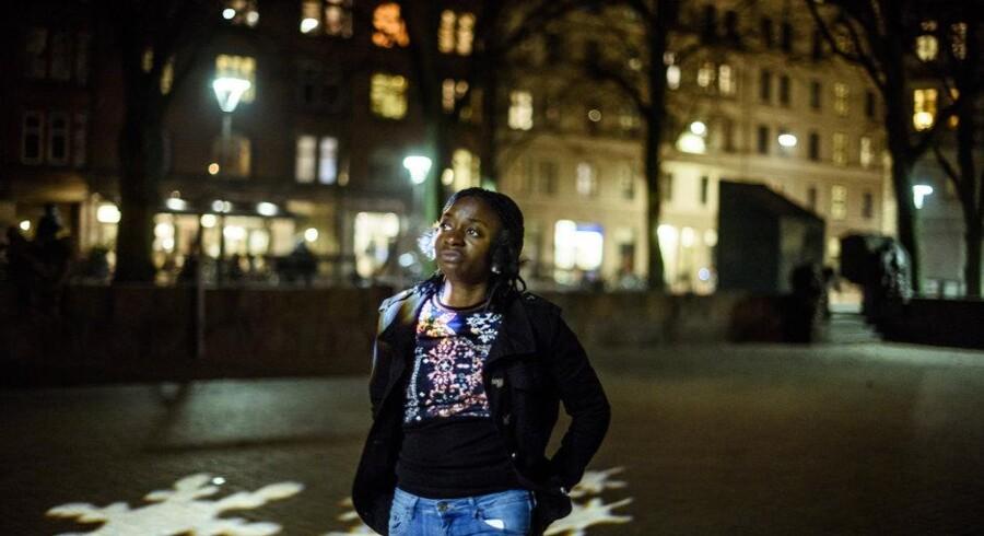 Marie-Lydie Nokouda er er 17-årige Hope, der vandrer hvileløst rundt på Indre Nørrebro: gher på Blågårds Plads. Foto: Søren Meisner