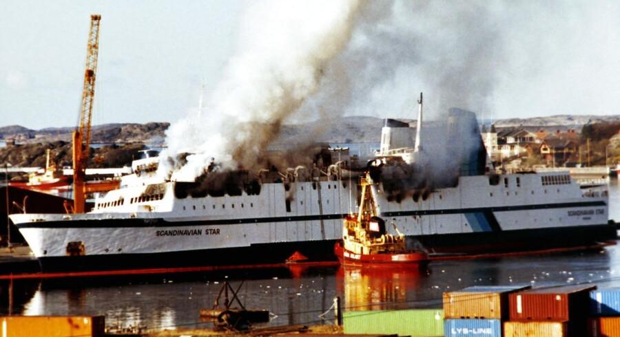 April 8 1990. Scandanavian Star brænder fortsat på kajen i Lysekil.