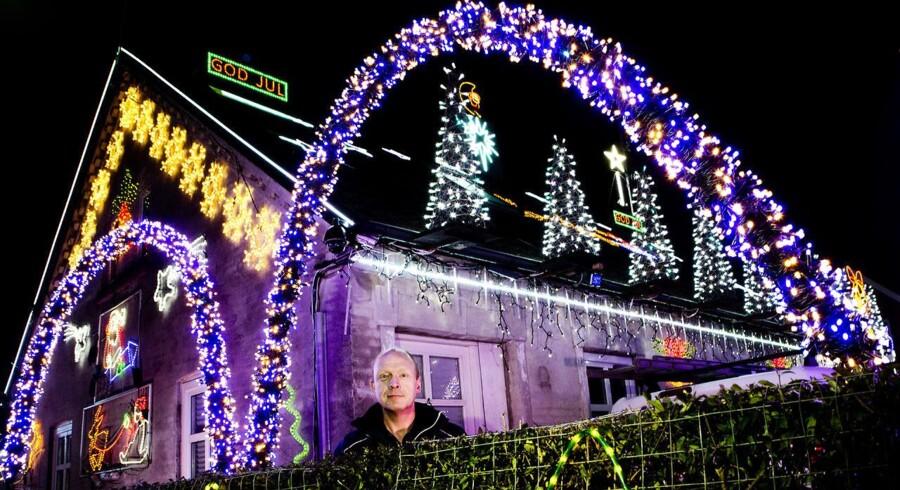 René L. Andersen er elektriker og har siden 2008 monsterpyntet sit hus med lyskæder, der bimler og bamler og blinker. Sidste nyt er hans egen radiokanal på 88, 3 Mhz med en rækkevidde på hundrede meter. Tuner man ind, blinker lysene i takt til musikken. Foto: Linda Kastrup