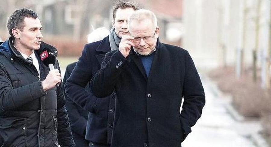 Den tidligere bankdirektør i EBH bank, Finn Strier Poulsen (til højre), ankommer til retten i Hjørring ved en tidligere sag om påstået kursmanipulation. I den sag blev han frikendt.