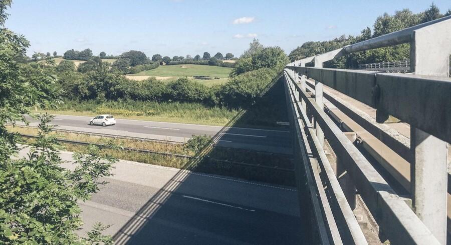 En betonklods, der blev kastet ud fra en bro, ramte familiebil. En er omkommet, et barn slap med skrammer.