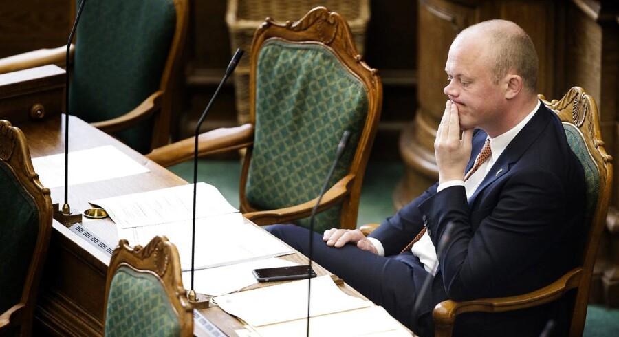 Folketingsdebat om dansk militær indsats i Syrien og Irak mod ISIL. Fredag den 1. april 2016. Forsvarsminister Peter Christensen under debatten.