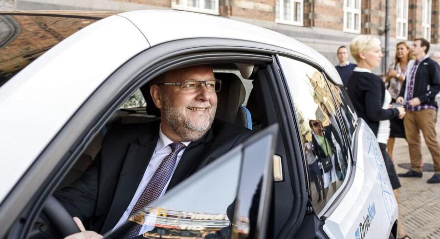 ARKIVFOTO: Arrivas BMW-elbiler af mærket i3 bliver officielt indviet på Københavns Rådhus. 400 el-biler ruller ud i de Københavnske gader. Her prøver Energi-, forsynings- og klimaminister Lars Christian Lilleholt bilen.