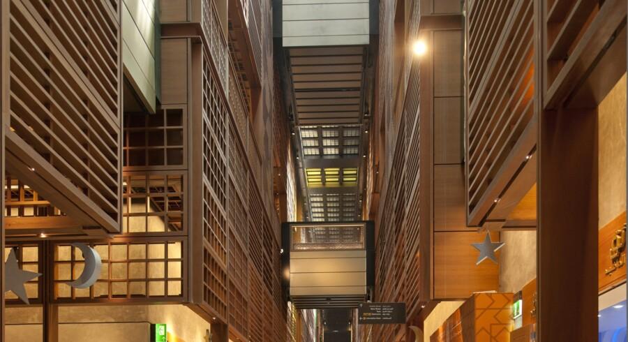 Det arabiske nu - Arkitektur, kultur og identitet.Udstillingen af den fremmedartede arkitekturtradition blev fremvist 31.1.2014 - 4.5.2014. Vores anmelder Torben Weirup skrev i sin anmeldelse af udstillingen, at den viste eksempler på, »hvordan den i vores øjne absurde adskillelse af kønnene giver sig udtryk i indretningen af husene. Udstillingen giver også et godt indblik i, hvad varmen og ørkenen betyder for arkitekturen. Hvor det på vore breddegrader drejer sig om at trække dagslyset ind i husene, gør noget modsvarende sig gældende på steder, hvor det er så varmt, og solen skinner så skarpt.«På billedet ses »Central Market (Aldar Center) i Abu Dhabi tegnet af Foster + Partners«. Centeret er inspireret af en traditionel arabisk souk.Læs resten af anmeldelsen »Den (u)lykkelige arabiske arkitektur«