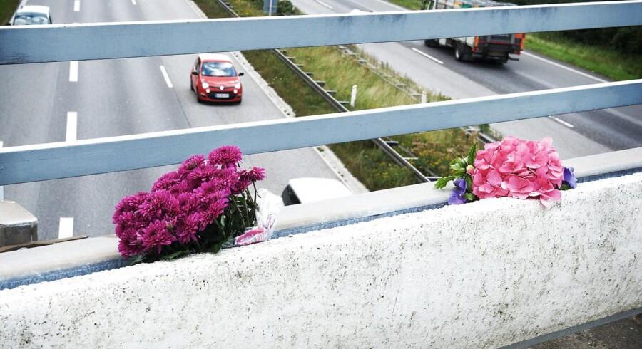 En person er omkommet, en person er alvorligt tilskadekommen og et barn er sluppet med skrammer, efter der i nat blev kastet en betonklods ned på en bil fra en motorvejsbro mellem Blommenslyst og Vissenbjerg.