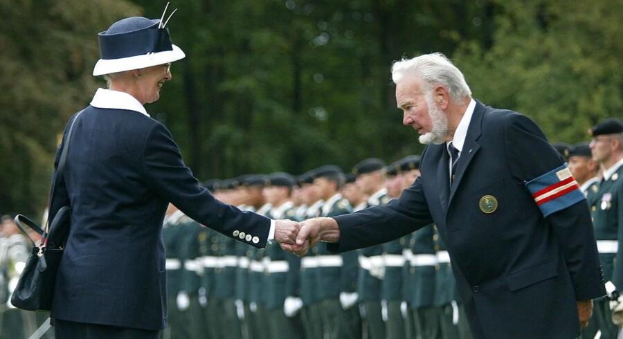 ARKIVFOTO: Dronning Margrethe hilser på daværende næstformand for Frihedskampens Veteraner, Eigil Skov Jørgensen, ved højtideligheden i Mindelunden ved Ryparken august 29, 2003. Mindehøjtideligheden markerede 60-årsdagen for opgivelsen af samarbejdspolitiken med den tyske besættelsesmagt.