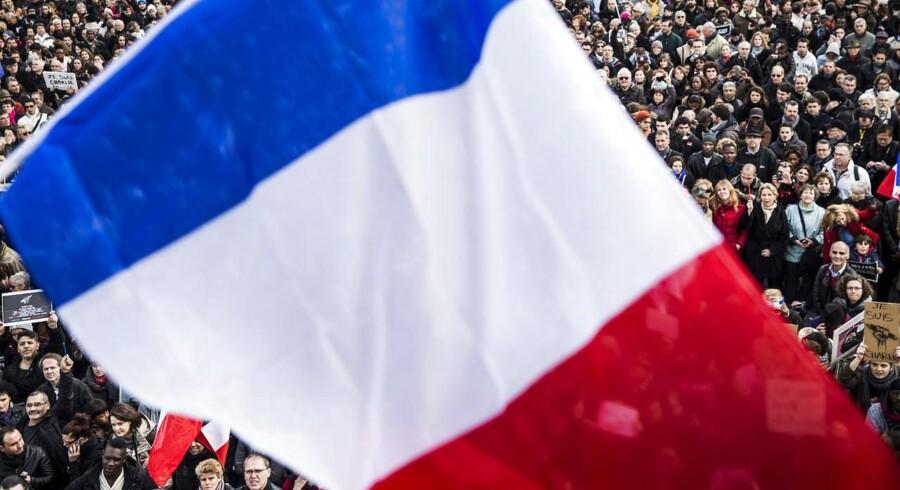 Den franske nationalforsamling skal diskutere genindførelsen af en lov om »national uværdighed«. Det sker efter angrebet på Charlie Hebdo den 7. januar. Billedet er fra søndagen efter, hvor op imod én million mennesker mødtes på Place de la Repupliqué i Paris for at vise deres sympati med ofrene for gidseltagningerne og Charlie Hebdo-massakren.