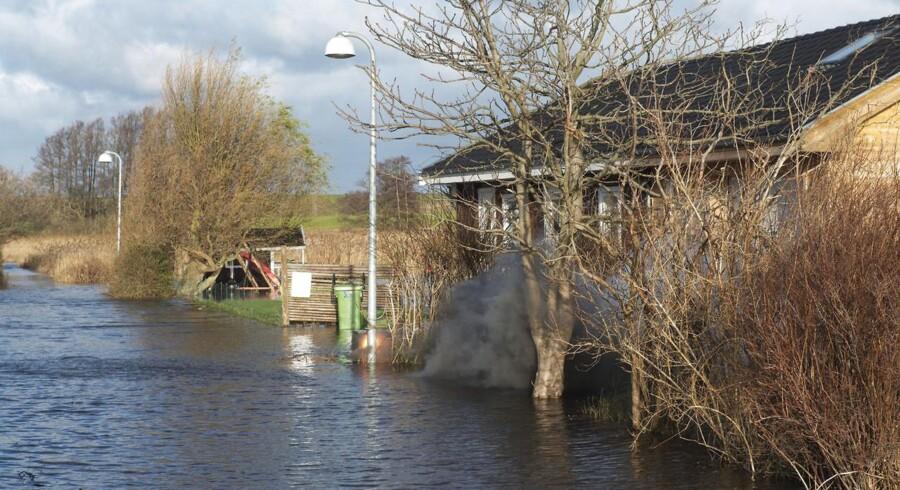 Stormen Bodil har betydet oversvømmelser i Roskilde-området, hvor man nu har evakueret børn og plejekrævende borgere. Her er det et billede fra et villakvarter, Svanevænget i Jyllinge. Røgen kommer fra ild i en elboks.