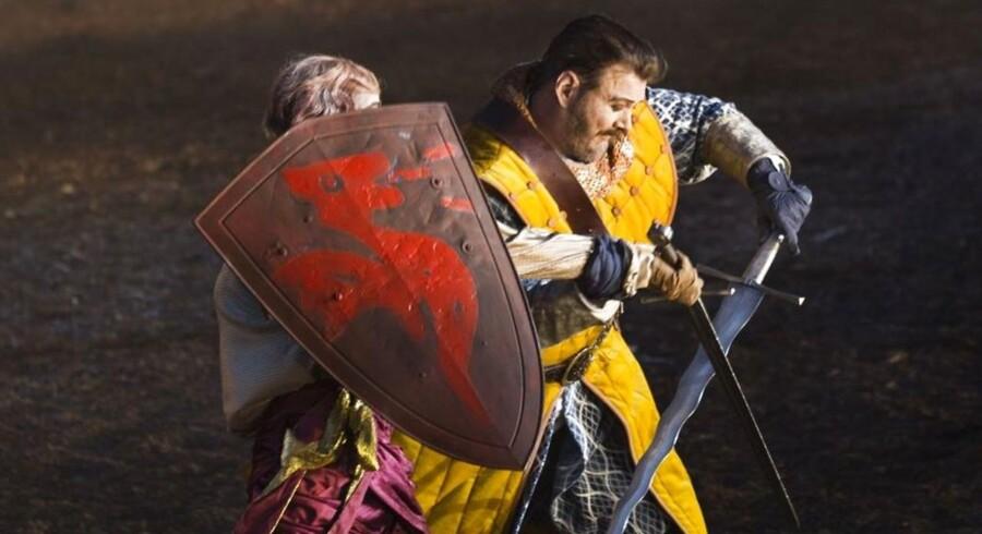 """Nicolas Bro kæmper hårdt mod højere magter i """"Kong Arthur"""". Bag skjoldet: Esben Smed. Foto: Miklos Szabo."""