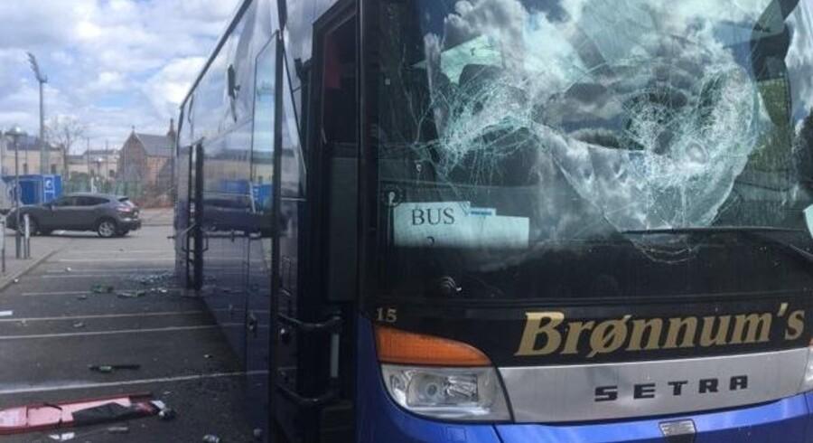 Politiet bekræfter, at op mod 80 Brøndbyfans har overfaldet en FCK-bus foran Parken i København. Scanpix/Presse-fotos.dk