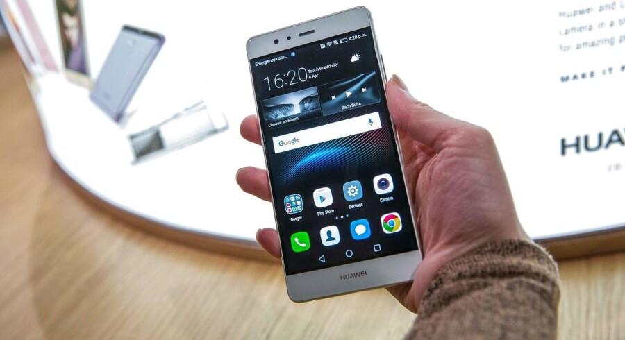 Huawei håber med de nye toptelefoner, P9 (billedet) og P9 Plus, at vippe først Apple, siden Samsung af tronen. Der er lagt vægt på at gøre især kameraet bedre med ny teknologi. Foto: Jack Taylor, AFP/Scanpix