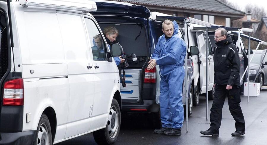 På gerningstedet i Ulstrup er fem biler samt en skurvogn fra kriminaltekniskafdeling på arbejde. Politiet betragter sagen som en drabssag.