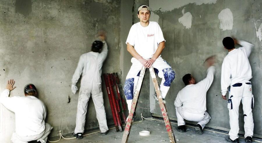 Spørgsmål: Er det tilladt for et boligselskab at istandsætte en fraflyttet lejlighed med en malervirksomhed, som boligselskabet selv har stiftet, og efterfølgende sende opkrævning for arbejdet?
