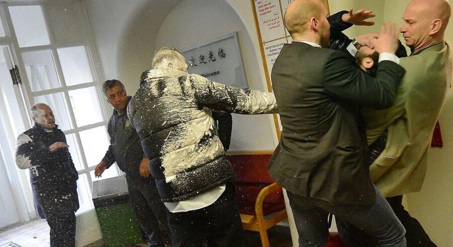 I marts angreb en 25-årig mand med palæstinensisk baggrund den svenske justitsminister, Morgan Johansson (længst til venstre), med en skumslukker på et svensk asylcenter. Justitsministerens livvagter overmandede manden, som derefter frit kunne rejse til Danmark. Foto: Bosse Nilsson/Kristianstadsbladet