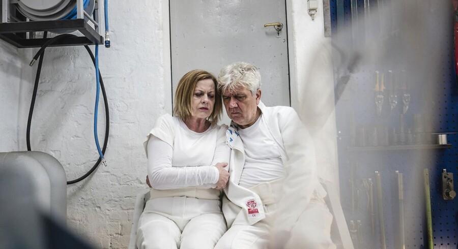 Inge Sofie Skovbo og Kim Veisgaard i et opgivende øjeblik i Aarhus Teaters vittige og ondskabsfulde had-kærlighedserklæring til teatret. Foto: Rumle Skafte.