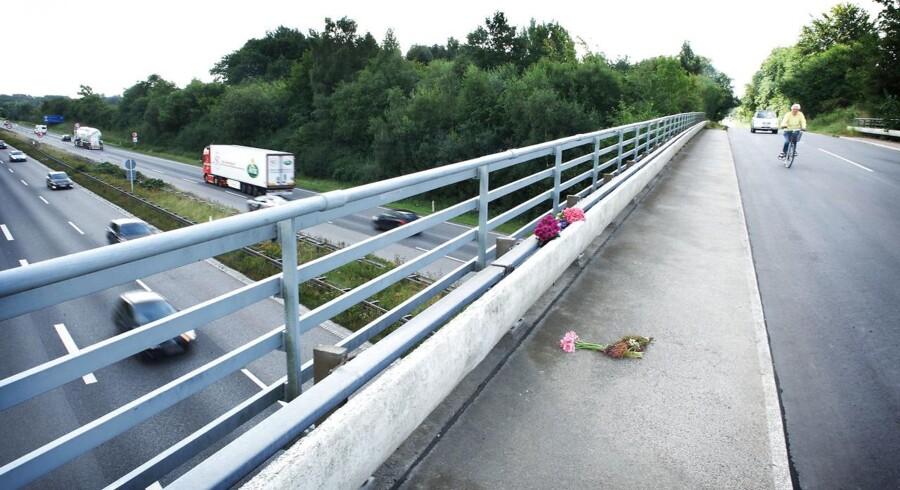 En tysk kvinde blev dræbt, da en stor sten blev smidt ned fra en en motorvejsbro.