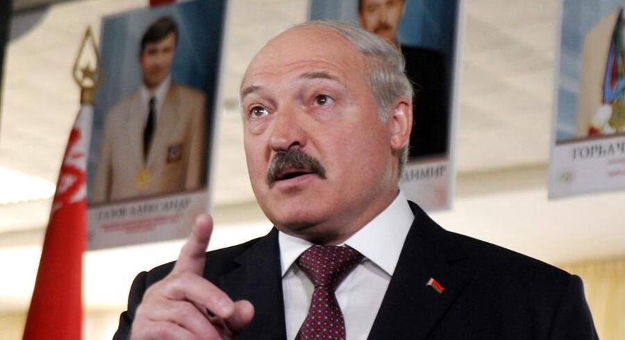 Hvideruslands præsident Alexander Lukashenko tager bladet fra munden i et opsigtsvækkende interview.
