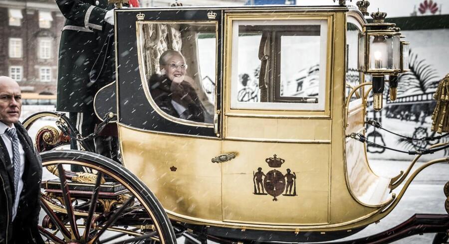 Hendes kongelige højhed Dronning Margrethe var for første gang siden Prins Henrik gik på pension på tur i Guldkareten. Her er vi ved Kongens Nytorv i København.