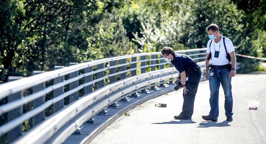 Arkivfoto: Politiet afspærrede i sidste uge Hillerød-motorvejen i udadgående retning. Det skete, efter ukendte gerningsmænd havde kastet sten ned på vejen fra broen ved afkørsel 1, Tingbjerg. Hundepatruljer afsøgte motorvejen, mens polititeknikere sikrede spor oppe på broen.(Foto: Bax Lindhardt/Scanpix 2016)