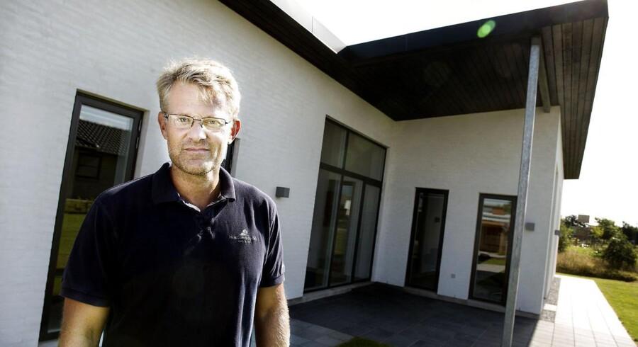 Koncernchef Steffen Baungaard i Huscompagniet viser et af deres huse frem. Nu er de på vej mod salg sammen med flere danske virksomheder.