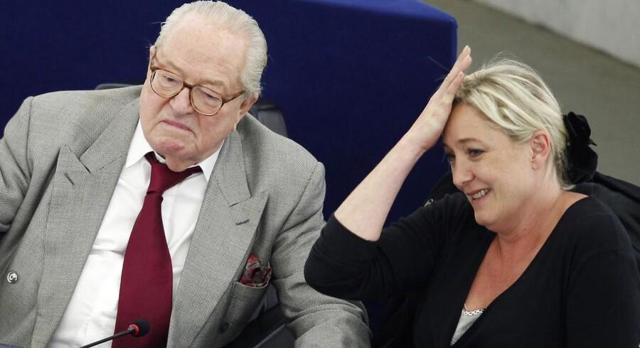 Marine Le Pen ikke bare tager sig til hovedet over sin far, Jean-Marie Le Pens, højreekstreme tirade. Den nuværende formand for Front National har meddelt, at hun ikke længere støtter ham som partiets kandidat i højborgen Provence-Alpes-Côte d'Azur ved regionalvalget i år.