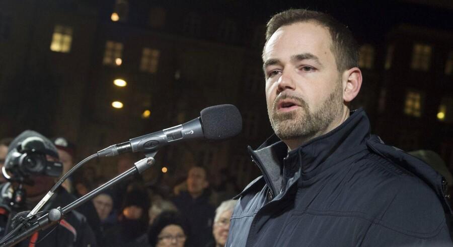 »Vi insisterer på at fastholde dialogen med imamerne og de religiøse ledere, fordi de har en stor betydning for de unges holdninger. Vi er nødt til at sikre os, at imamerne er en del af løsningen, når det handler om antiradikalisering, fordi muslimer lytter til dem,« siger Aarhus' borgmester, Jacob Bundsgaard (S).