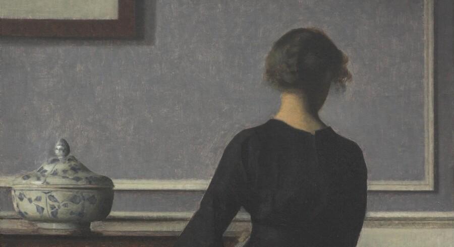 Hjemmet var et centralt motiv hos Vilhelm Hammershøi – og er temaet for Ordrupgaards udstilling. Dette billede fra 1904 hedder, hvad det forestiller: »Interiør, ung kvinde set fra ryggen«. Foto: PR